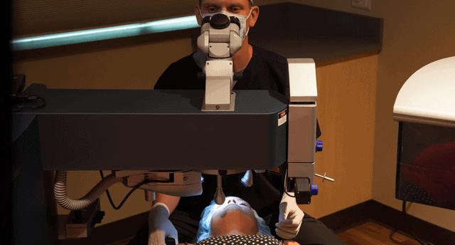 dr lance kugler performing lasik on kugler vision patient
